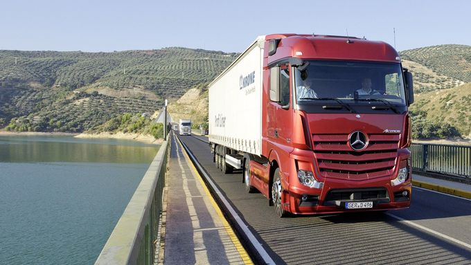 Actros, Stausee, Krone-Trailer