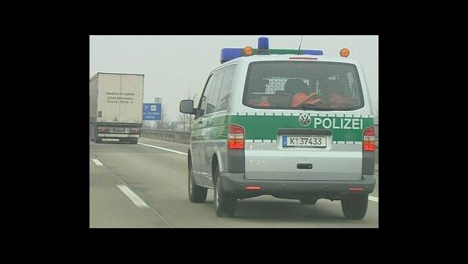 Die Autobahnpolizei kontrolliert