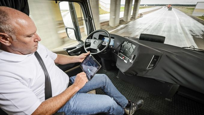 Fahrer, IPad, Kabine, autonomes Fahren