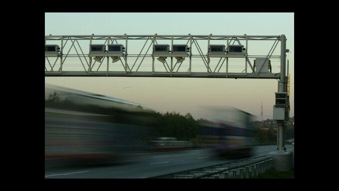 Lkw unter Mautbrücke