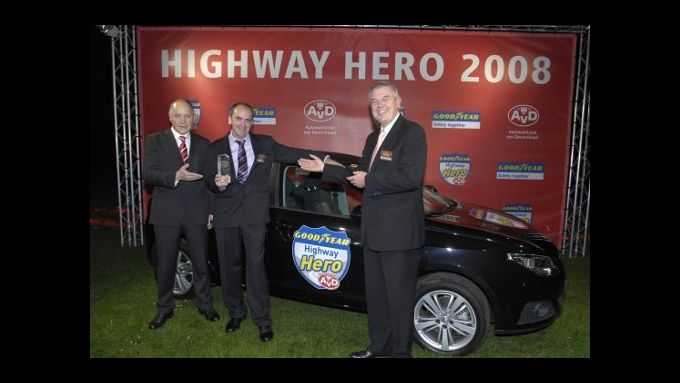 Wolfgang Spinler, Geschäftsführer AvD (links) und Dr. Rainer Landwehr, Vorsitzender der Geschäftsführung von Goodyear mit Helmut Huber