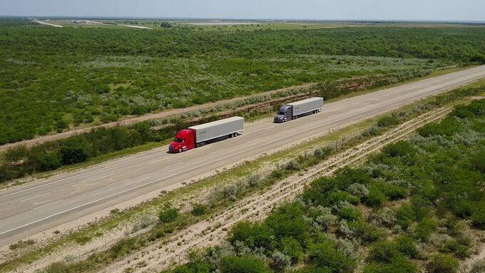 Daimler Trucks erprobt Lkw-Platooning auf öffentlichen Highways in den USA