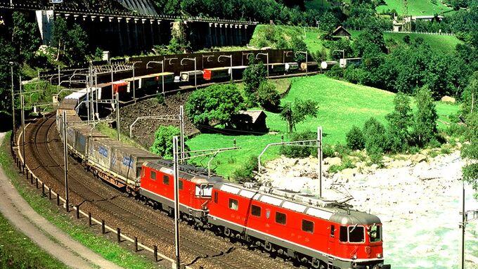 Kombiverkehr, Schiene, Zug, Eisenbahn, Kombinierter Verkehr