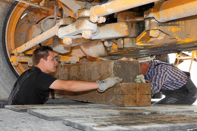 Scania R730 LA 8x4/4 HNB, Vorderachse, Wallek-Mitarbeiter