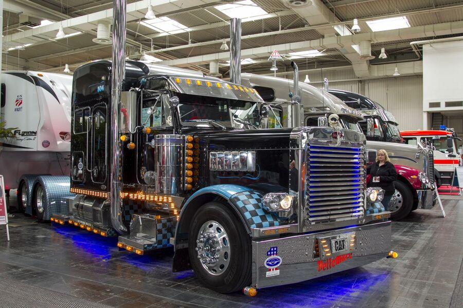 amerikanische trucks opulenz in chrom bildergalerie. Black Bedroom Furniture Sets. Home Design Ideas